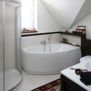 W łazience znalazło się miejsce zarówno na wannę, jak i na kabinę prysznicową. Fot. Bartosz Jarosz.