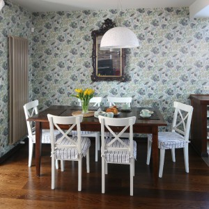 Stół Farma Kolonialna, krzesła IKEA, lampa Leroy Merlin, lustro rodzinna pamiątka, podłoga dąb wybarwiony na czekoladowo. Fot. Bartosz Jarosz.