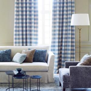 Zasłona w biało-niebieską kratkę z nowej kolekcji tkanin marki Colefax&Fowler.