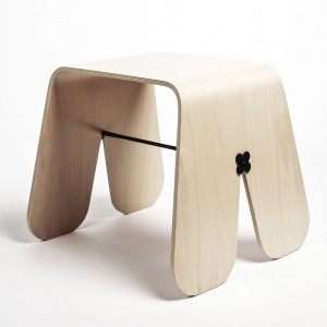 Stołek Królik wykonany z giętej sklejki, zaprojektowany dla firmy Brambla, może służyć jako stolik nocny. Fot.UAU Project dla Brambla.