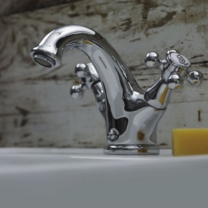 Baterie łazienkowe z kolekcji 1820 Capricho to styl retro w czystej, pięknej postaci. W kolekcji znajdziemy model umywalkowy, bidetowy, natryskowy i wannowo-natryskowy – wszystkie o stylowej kobiecej linii. Fot. Teka.