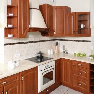 Jasny okap oraz biały piekarnik w stylu retro dopasowano do kolorystyki ścian i podłogi. Płytki ceramiczne mają tradycyjne formaty: 5x5 cm – na ścianach oraz 45x45 cm – posadzce. Fot. Bartosz Jarosz.