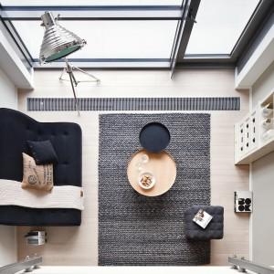 Dwupoziomowy loft mimo, iż jest niewielki i tak daje poczucie przestrzeni.