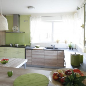 Kuchnia w zieleniach i beżach. Fot. Bartosz Jarosz.
