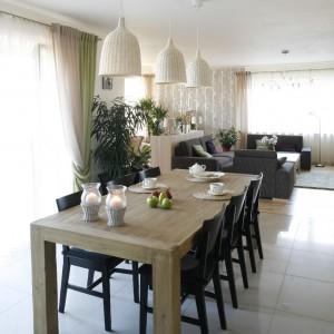 Jadalnia jest naturalna (dzieki drewnianemu stołowi) oraz funkcjonalna. Fot. Bartosz Jarosz.