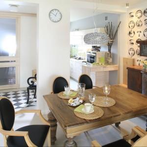 Jadalnia z pięknym drewnianym stołem i krzesłami, które choć współczesne, doskonale do niego pasują. Fot. Bartosz Jarosz.