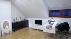 Większość posiadaczy domów wykorzystuje poddasze do stworzenia sypialni. Jednak równie dobrze można urządzić w tej strefie domowe biuro. Zobacz jak miejsce pracy na poddaszu zaaranżowała arch. Katarzyna Matuszewska.