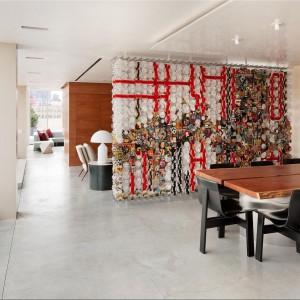 Widok od strony jadalni na pozostałą część dzienną apartamentu. Fot. Douglas Elliman Real Estate.