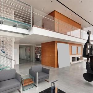 Szklane schody prowadzą do prywatnych pokojów. Fot. Douglas Elliman Real Estate.
