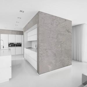 Ściana pokryta masą dekoracyjną Jeger Beton imitującą surowy beton, prostą w aplikacji i łatwą w modelowaniu. 172 zł/7 kg. Jeger.