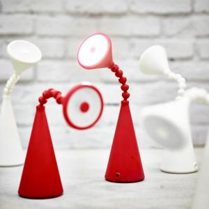 Lampa LED z regulowanym kloszem. Dostępna w kolorze białym, czerwonym i turkusowym. Fryebo Fot. Ikea.