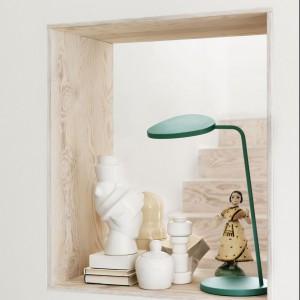 Lampka Leaf to prosta,ponadczasowa forma dostępna w pięciu kolorach. Dostępna również w wersji podłogowej. Fot. Muuto.