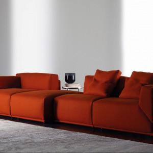 Intensywnie pomarańczowa modułowa sofa Bacon. Fot. Meridiani.
