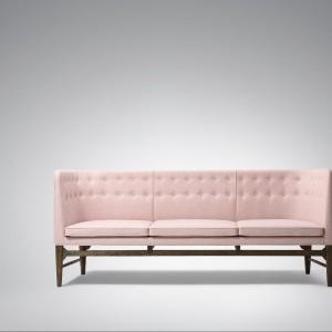 Sofa AJ5, projekt Arne Jacobsen i Flemming Lassen - tu w wydaniu pudrowym. Fot. &Tradition.