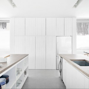 Białe ściany i sufity, jasne podłogi, białe meble - idealna jednorodność kolorystyczna. Fot. La Shed Architecture.