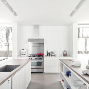Rzut oka na dwie wyspy kuchenne - ilość blatów roboczych nieograniczona.  Fot. La Shed Architecture.