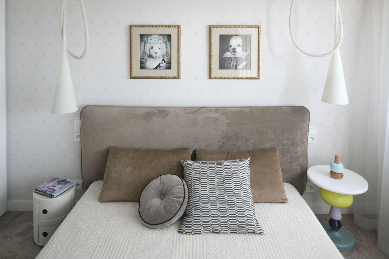 Białe, wiszące lampy,oryginalne stoliki nocne, portrety nad łóżkiem stanowią ciekawą dekorację sypialni. Fot. Bartosz Jarosz.