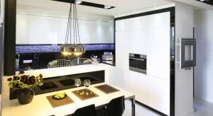 Kuchnia to miejsce, w którym spędzamy wiele czasu, nie tylko przy gotowaniu. Zadbajmy, by pomieszczenie było odpowiednio oświetlone zapewniając maksimum komfortu użytkowania.