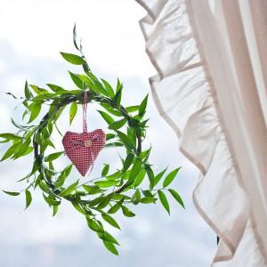 W oknach pani domu wiesza własnoręcznie zrobione, sezonowe dekoracje. Fot. Agnieszka Węglarz.