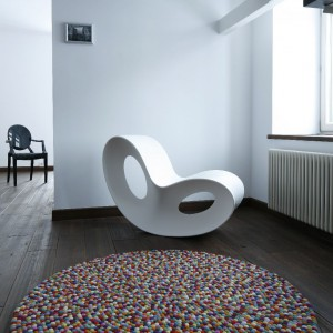 Fotel bujany Voido, proj. Ron Arad, dywan Pinokio Hay, krzesło Louis Ghost  Vitra, proj. Philippe Starck.  Fot. Bartosz Jarosz.