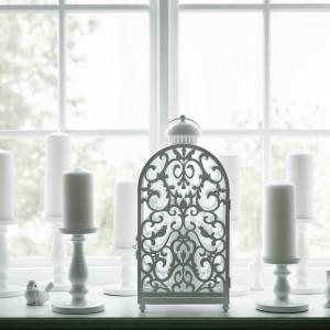 Biały lampion Gottgora można stosować wewnątrz i na zewnątrz. Fot.Ikea.