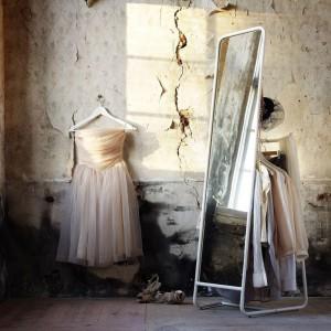 Lustro stojące Knapper. Za lustrem zostały ukryte haczyki i drążek na wieszaki.Fot.Ikea.