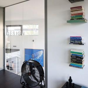 Ścianę na górze zastąpiono szybą. Dzięki temu, leżąc w łóżku można obserwować piękny widok z okna. Bardziej intymną atmosferę uzyskamy, zasłaniając okno żaluzją, zasłoną czy fajną grafiką. Fot. Bartosz Jarosz.