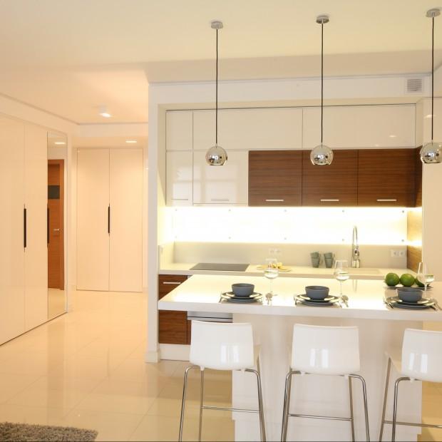 Jak zaprojektować ustawienie kuchni i korytarza? Architekt radzi