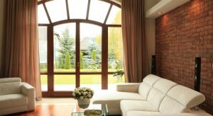 Właściciele chcieli mieć dom przestronny, dobrze doświetlony i w stonowanych kolorach. Wszystko to udało się osiągnąć w eleganckim wnętrzu zaaranżowanym w smakowitych odcieniach czekolady.