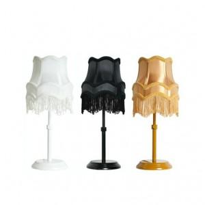 Lampa Fringe z abażurem z frędzelkami, lampa dostępna również w wersji wiszącej. Fot. Zuiver.