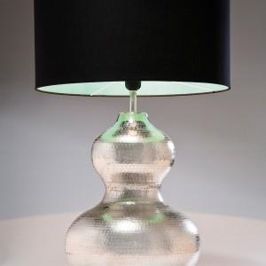 Elegancka lampa Hammered Swing z połyskująca podstawą i czarnym abażurem. Fot.Kare Design.