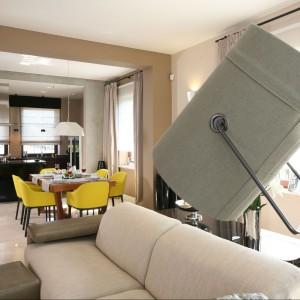 W delikatnej i jasnej przestrzeni pokoju dziennego świetnie prezentują się sofy i stoliki kawowe firmy Natuzzi. Nad kanapami zawieszono efektowną skórzaną lampę Diesel by Foscarini. Fot. Bartosz Jarosz.