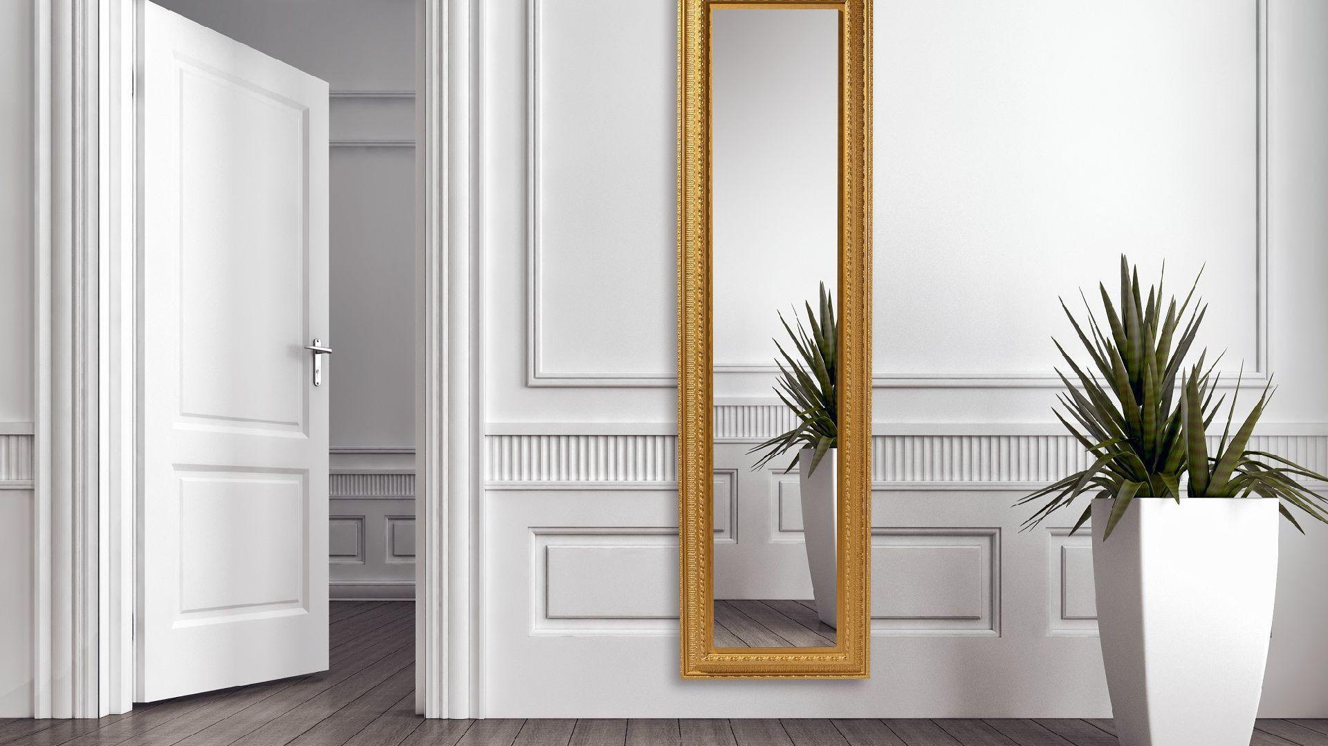 Grzejnik Royal OR z lustrem. Wykonany z naturalnego kamienia Olykale, ręcznie rzeźbiony i malowany, patynowany przez artystów na południu Francji. Fot. Cinier.