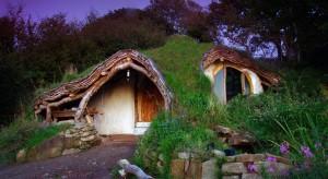 Baśniowe Śródziemie inspiruje nie tylko filmowców. Także architektów! Przedstawiamy najciekawsze wnętrza stworzone dla miłośników książek JRR Tolkiena. Chcielibyście zamieszkać wdomu stworzonym na wzór norek z Shire?
