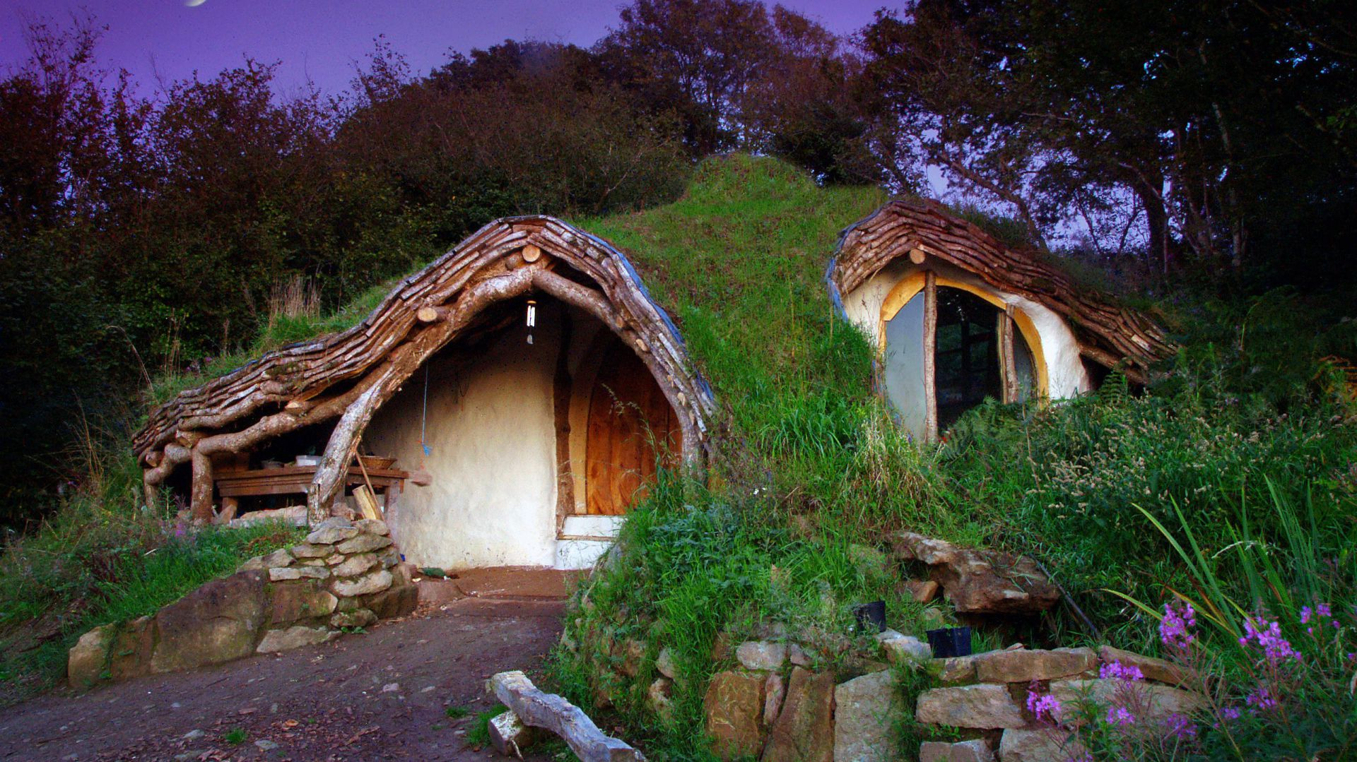 Dom zaprojektowany i własnoręcznie zbudowany przez Walijczyka Simona Dale. Fot. Beingsomewhere.