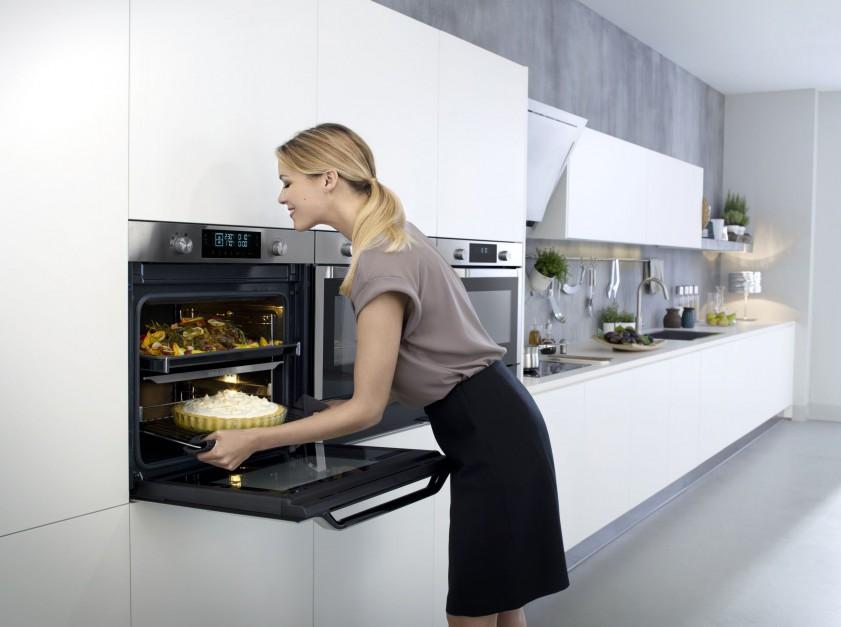 Piekarnik Steam Twin: BQ1VD6T131 z system podwójnego pieczenia. Posiada: 65 automatycznych programów gotowania, funkcję nawilżania podczas pieczenia w dolnej komorze (Steam Add Cook). W wyposażeniu: pojemnik do gotowania na parze. Podstawki umieszczone są na teleskopowych prowadnicach. Klasa energetyczna AAA, szerokość: 59,5 cm, pojemność: 70 litrów. 3.799 zł, Samsung.