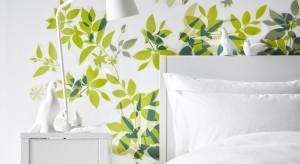 Zielony kojarzy się z wiosną, naturą. We wnętrzach działa uspokajająco i relaksacyjnie. Przedstawiamy aranżacje i dodatki do sypialni – wszystko w kolorze zielonym.