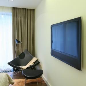 Stylowy fotel wraz z lampą podłogową tworzy wygodny kącik do czytania. Proj.Nasciturus Design. Fot.Bartosz Jarosz.