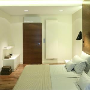 Drzwi wykonane są z tego samego materiału co ściana za łóżkiem. Proj.Nasciturus Design. Fot.Bartosz Jarosz.