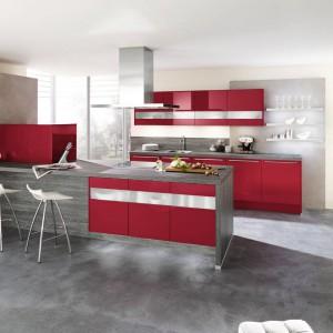 Meble kuchenne Calla z czerwonymi, lakierowanymi na wysoki połysk fontami i dodatkiem subtelnej szarości prezentują się nowocześnie i estetycznie. Wycena indywidualna, Wellmann.