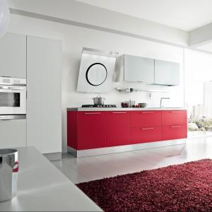 Polis Lampone to kuchnia w dwóch kolorach. Dolne szafki wykonane zostały z MDF-u z powłoką PVC o aksamitnym, matowym wykończeniu w kolorze czerwonym. Uspokaja je górna i wysoka zabudowa ze szklanymi frontami. Wycena indywidualna, Home Cucine.