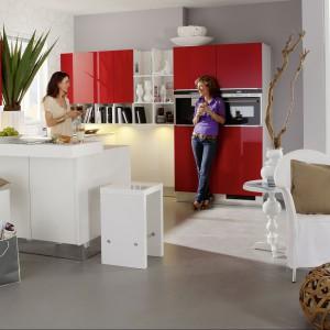 Nowoczesne, funkcjonalne meble kuchenne Trend Lack 411 z licznymi szafkami, półkami i szufladami zapewniającymi sporo miejsca na przechowywanie. Czerwone fronty w wysokim połysku połączono z kolorem białym również w połysku. Wycena indywidualna, Nolte Küechen.
