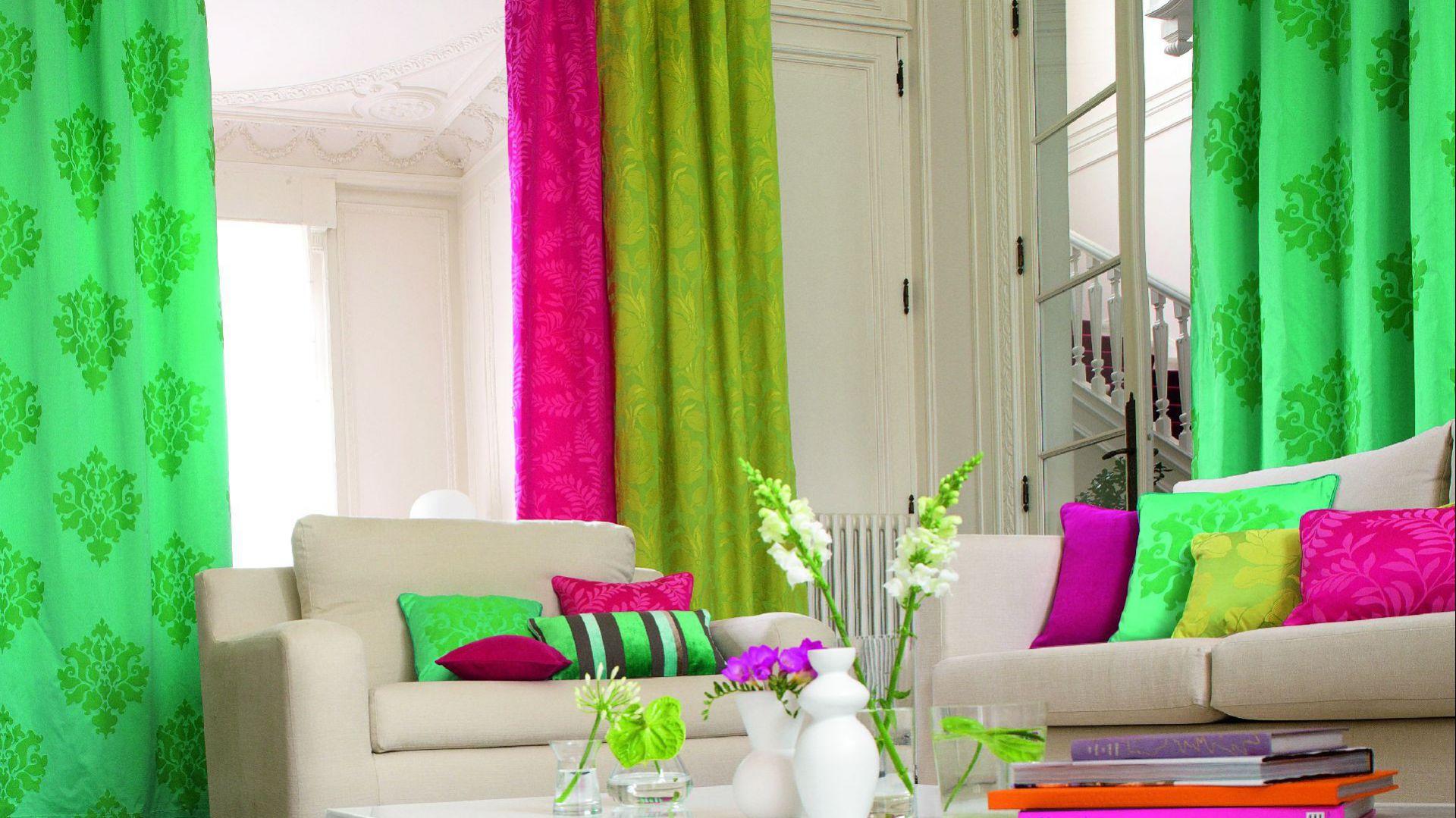 Świeże intensywne kolory zasłon z tkaniny Scala - odważny wybór, ale we wnętrzu z białymi meblami jak najbardziej słuszny. Fot. Camengo.