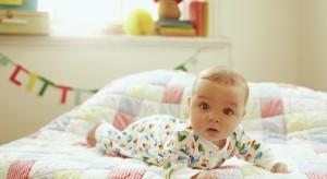 Nawet najpiękniejsze łóżeczko nie zapewni dziecku kolorowych snów, jeśli nie będzie w nim odpowiedniego materaca. Na co wiec zwrócić uwagę wybierając ten istotny element wyposażenia dziecięcego pokoju?