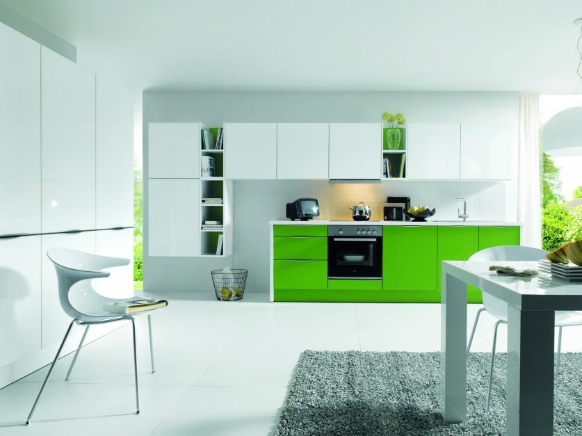 Nowoczesne, funkcjonalne meble kuchenne Glasline. Zieleń zastosowana na dolnych szafkach tworzy piękny kontrast z białymi elementami zabudowy. Wycena indywidualna, Schüeller.