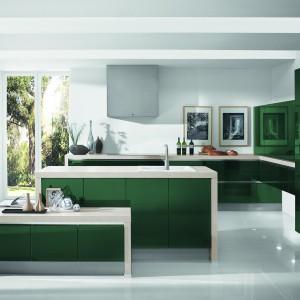 Kuchnia Calma w kolorze butelkowej zieleni. Gładkie powierzchnie lakierowanych frontów ożywiają blaty i panele o modnym wzorze jasnego, naturalnego dębu. Wycena indywidualna, WFM Kuchnie.
