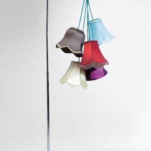 Kwiatowa lampa podłogowa Saloon Flowers - w kolekcji dostępne też modele wiszące i biurkowe. Marka: Kare Design. Sprzedaż: Karestyle. Cena: ok. 1200 zł.