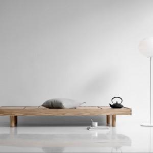 Minimalistyczna lampa stojąca Atomheart. Marka: Lightyears. Sprzedaż: Square Space. Cena: ok. 3800 zł.