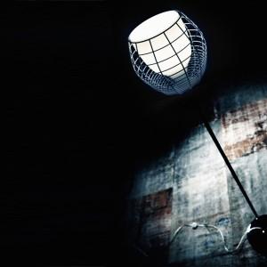 Lampa Cage zainspirowana starymi latarniami. Efektowna druciana kratka. Marka: Diesel by Foscarini. Sprzedaż: Atak Design. Cena: ok. 3713 zł.