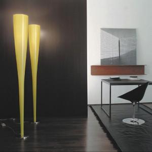 Lampa podłogowa Mite zachwyca organicznym kształtem. Korpus lampy został wykonany z wyjątkowego materiału powstałego z połączenia włókien szklanych z włóknami węglowymi lub Kevlarem.  Marka:  Foscarini. Sprzedaż: Stereo Design. Cena: ok. 3470 zł.